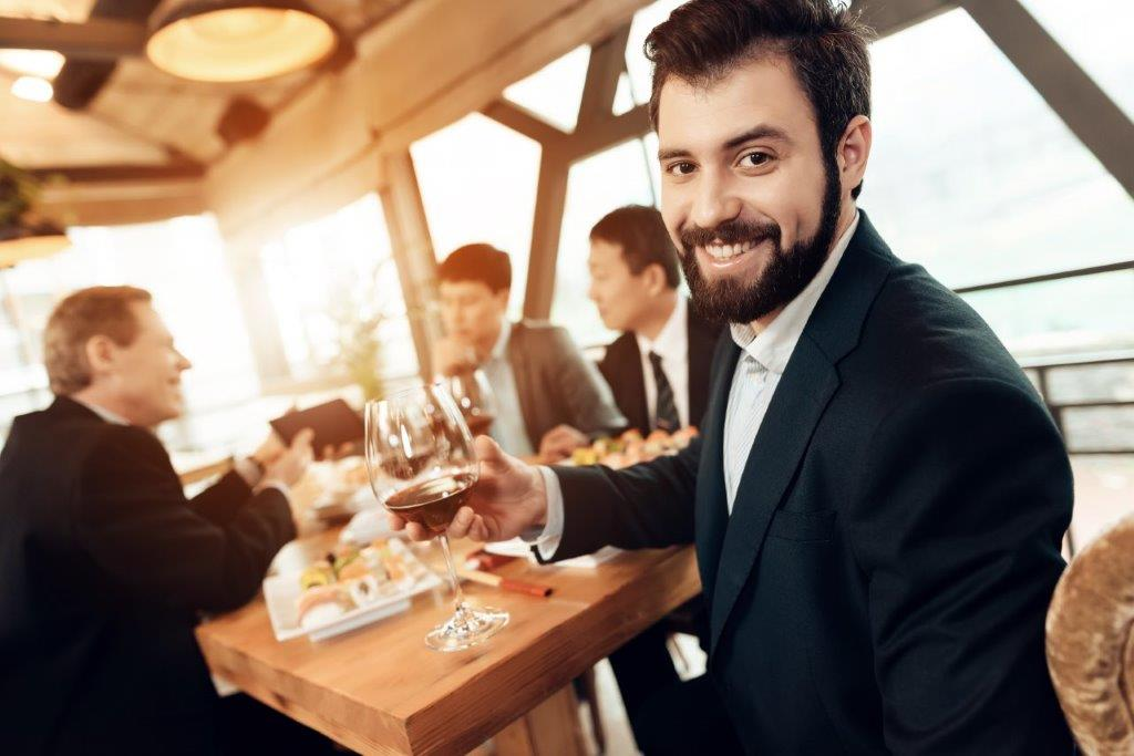 man is posing with wine glass - Networking - networking coworking emprededores empresarios